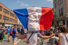 Franska medborgare firar segern av det franska fotbolllaget Arkivfoton
