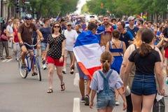 Franska medborgare firar segern av det franska fotbolllaget Arkivfoto