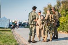 Franska och amerikanska soldater som kopplar av i ett återuppbyggt militar Royaltyfria Bilder