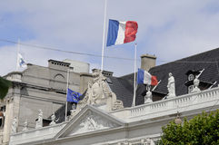 FRANSKA OCH EUROPEISKA FACKLIGA FLAGGOR PÅ DEN HALVA MASTEN Royaltyfri Bild