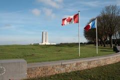 Franska och kanadensisk flagga i Vimy, Frankrike Royaltyfria Foton