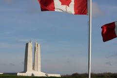 Franska och kanadensisk flagga i Vimy, Frankrike Arkivfoto