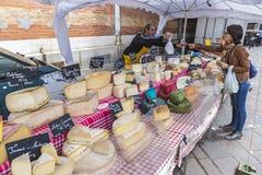Franska ostförsäljningar står på den söndag marknaden i Grenoble, Fran Royaltyfri Fotografi