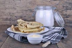 Franska pannkakor vikta i en platta Fotografering för Bildbyråer