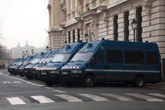 Franska polisstyrkagendarmeriskåpbilar som väntar i linje nära deras högkvarter för i stadens centrum Paris Royaltyfria Foton