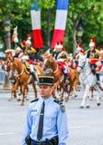 Franska republikanvakter under ceremonieln av den franska nationella dagen på Juli 14, 2014 i Paris, tuggar ljudligt Royaltyfri Foto