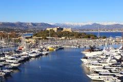 Franska Riviera, Antibes Sikt av port, yachter och fästningen Royaltyfria Bilder