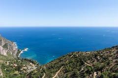 Franska Riviera med den blåsiga bergvägen Royaltyfria Bilder