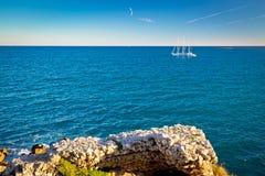 Franska riviera segling nära Antibes royaltyfria foton