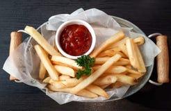 Franska som stekas med ketchup royaltyfri fotografi