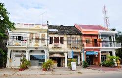 Franska-stil byggnad på den Kampot staden, Cambodja royaltyfria foton