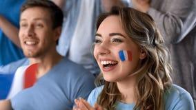 Franska supportrar som firar seger av landslaget, hållande ögonen på match i bar arkivfoton