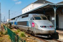 Franska TGV som ska stoppas på en station arkivfoton
