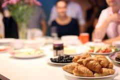 Franskafrukost med gifflet och frukter arkivbild