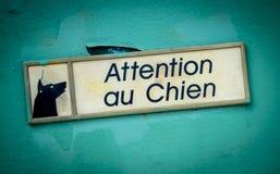 Franskan akta sig av hundtecken arkivbilder