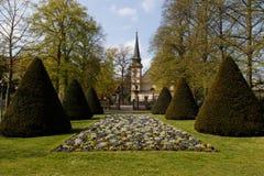 Franskan arbeta i trädgården Celle Arkivbild