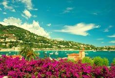 Franskan blommar kusten, sikt av den lilla staden nära Nice och Monaco Fotografering för Bildbyråer