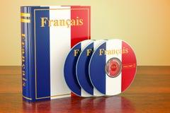 Franskan bokar med flaggan av Frankrike och CD disketter på trätabellen royaltyfri illustrationer