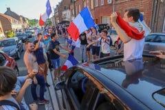 Franskan firar segern av deras fotbollslag i sista 8th Royaltyfria Foton