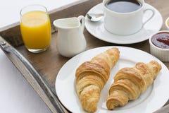 Franskan frukosterar med giffel, kaffe och orange fruktsaft Fotografering för Bildbyråer