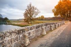 Franskan parkerar landskapet, väg på den gamla bron Arkivfoto