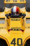 Franskan sjunker hjälmen i en gul bil för formel en Arkivbilder