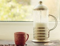 Franskapress med piskat mjölkar Royaltyfria Bilder