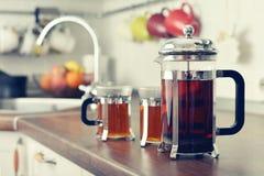 Franskapress med te och koppar Royaltyfri Fotografi