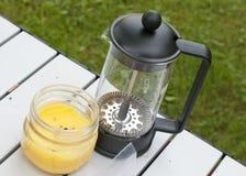 Franskapresskaffebryggare med citronelloljastearinljuset Fotografering för Bildbyråer