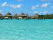 franskt polynesia för borabungalower vatten Arkivbilder