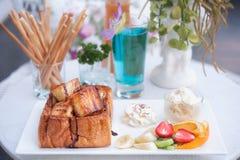 Franskt rostat bröd med glass och frukt Arkivfoto