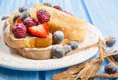 Franskt rostat bröd med jordgubbar och blåbär arkivfoton