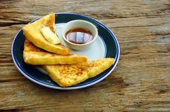 Franskt rostat bröd med lös bihonung för frukost Royaltyfria Bilder
