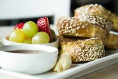 Franskt rostat bröd med fruktfrukosten Royaltyfri Fotografi