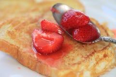 Franskt rostat bröd med löste upp jordgubbar Royaltyfri Fotografi