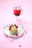 Franskt syrligt med mandelkokosnöten Frangipane, litchiplommonkräm, pistaschvaniljkräm och nya hallon arkivbilder