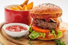 fransmannen steker hamburgaren Arkivbilder