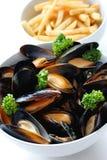 fransmannen steker musslor ångade vit wine Arkivfoton