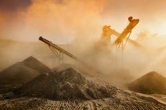 Frantoio industriale - macchina schiacciante di pietra della roccia Fotografie Stock