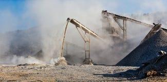 Frantoio industriale - macchina schiacciante di pietra della roccia Immagini Stock