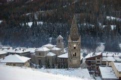 Französische Alpen im Winter: der alte Glockenturm in einem kleinen Berg Lizenzfreie Stockfotografie