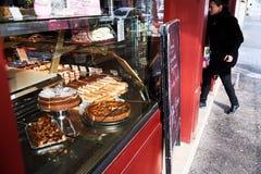 Französische Bäckerei - Frau, die hereinkommt, um Lebensmittel zu kaufen Stockfoto