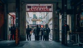 Französische Bereitschaftspolizei blockieren einen Ausgang in der Mitte von Paris, während Protestors ihren Ärger gegen französis Stockfotos