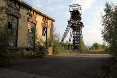 Französische Bergwerkgrube verlassen und Stromfabrik lizenzfreie stockfotos