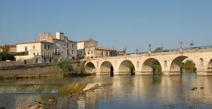 Französische Brücke in den sommieres Stockfoto