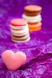 Französische bunte macarons auf violettem Hintergrund Lizenzfreie Stockbilder