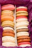 Französische bunte macarons mit Herzen Lizenzfreies Stockfoto