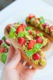 Französische Eclairs mit Schlagsahne und mit Erdbeeren überstiegen Lizenzfreies Stockfoto