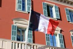 Französische Flagge auf einem Gebäude in Nizza, Frankreich Stockfotos