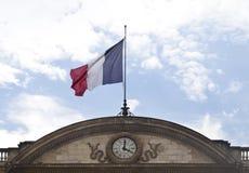 Französische Flagge mit Uhr Stockfotos